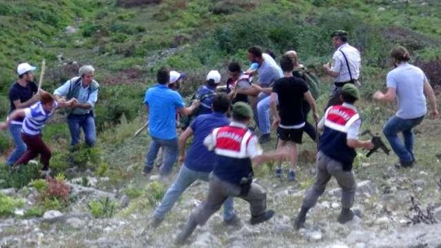 Rize'de Köylüler'den Askerlere Saldırı